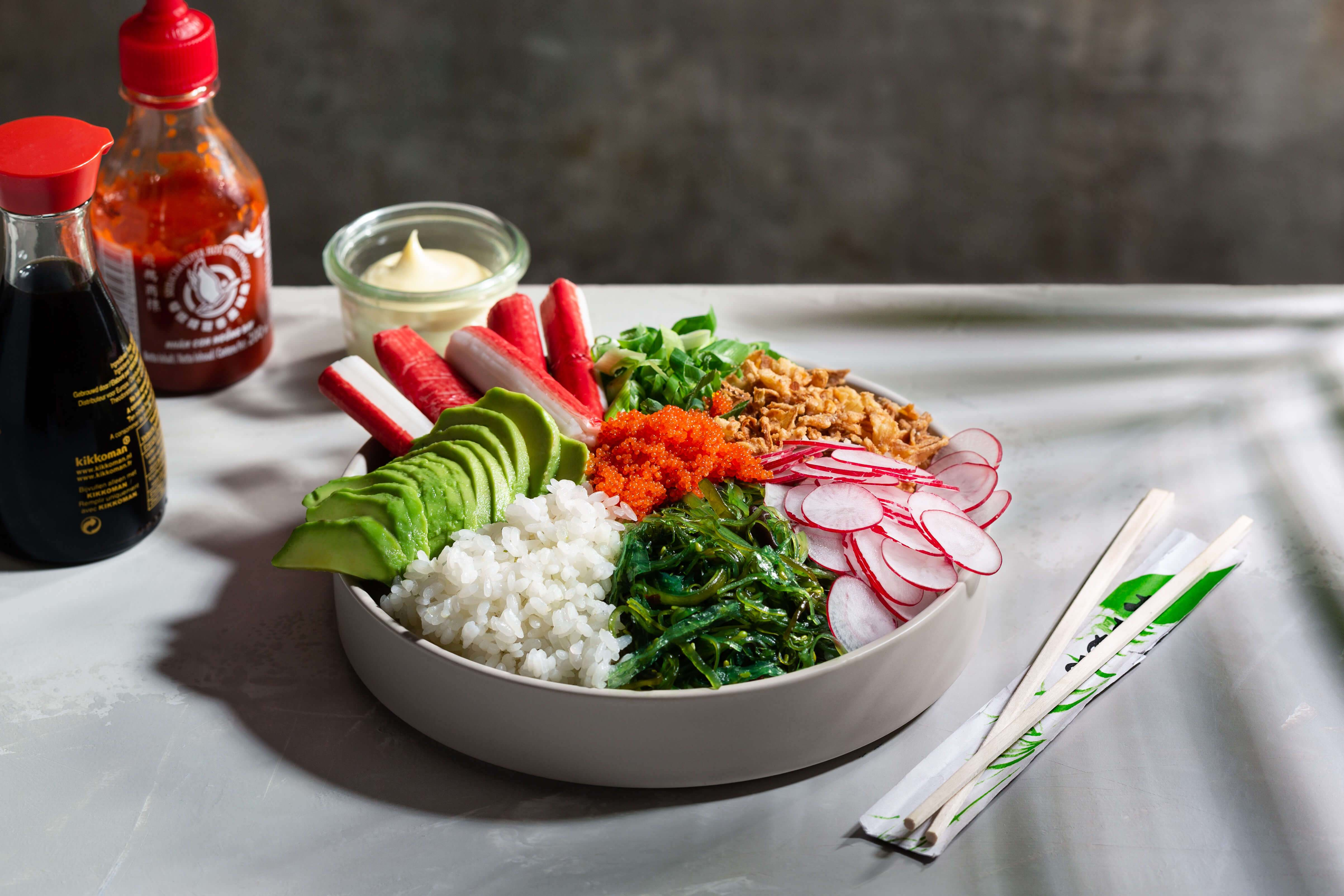 Snelle bowl met surimi en avocado