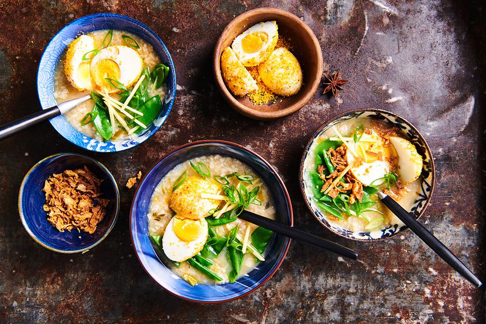 Indische rijstsoep met seroendeng eitjes