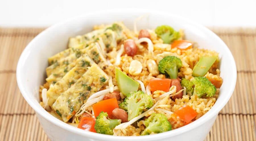 Nasi goreng met pittige omelet in broccoli
