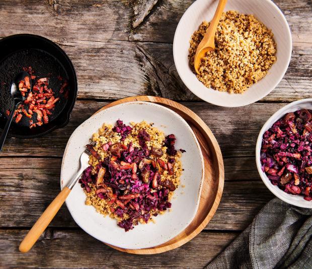 Voorgestoomde quinoa met zoetzure rodekool