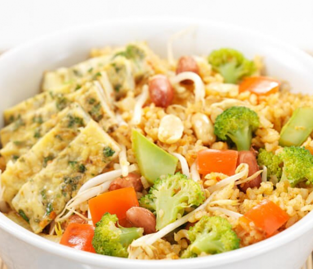 Nasi goreng  met pittige omelet en broccoli