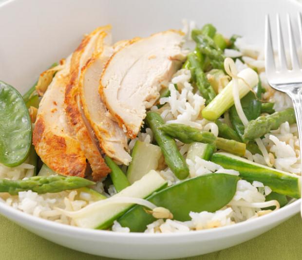 Oosterse rijstsalade  met asperges en taugé