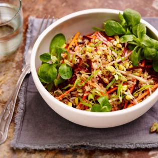 Salade van biet wortel en zilvervliesspeltmix