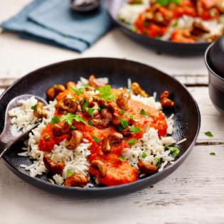 Kruidige rijst  paprikasaus en cashewnoten