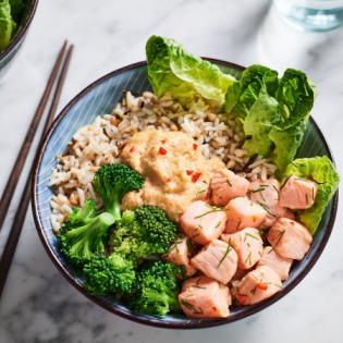 Poké bowl met pittige zalm en broccoli
