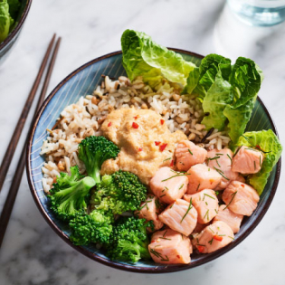 Poké bowl met pittige zalm en broccoli