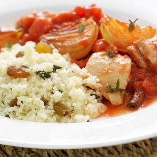 Kip in tomatensaus  met rozijnencouscous