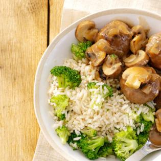 Gehaktballetjes  in champignonsaus en broccolirijst