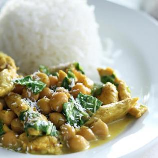 Indiase kipkerrie met spinazie en kikkererwten