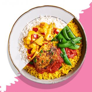 Gele rijst met rode kipcurry en sugar snaps
