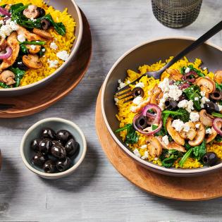 Gele rijst met Kip met champignons spinazie en olijven