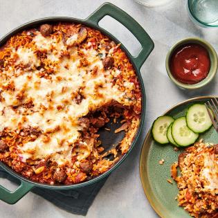 Italiaanse rijstschotel uit de oven met balletjes en mozzarella