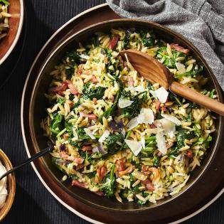 Italiaanse orzo-risotto met spekjes en mascarpone met spekjes en mascarpone