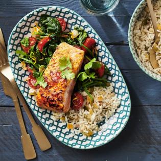 Gebakken harissa-zalm met notenrijst en spinazie