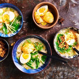 Indische 'rijstsoep' met seroendeng-eitjes