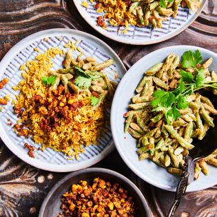 Nasi goreng met tempeh crumble en sperzieboontjessalade