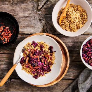 Voorgestoomde quinoa met zoetzure rodekool spekjes en dadels