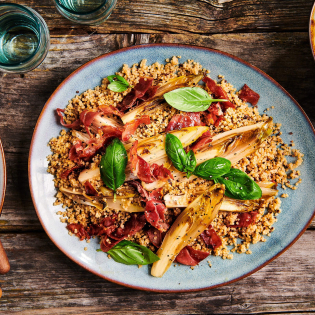 Voorgestoomde quinoa met gekarameliseerde witlof ham en gember