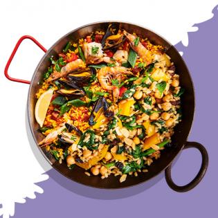 Paella met spinazie, rozijnen en kikkererwten