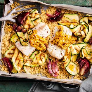 Voorgestoomde couscous met gegrilde courgette en kabeljauwfilet in vadouvansaus