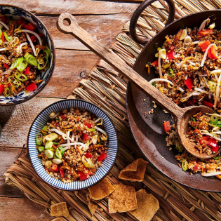 Quinoa goreng met tempeh en pindadressing