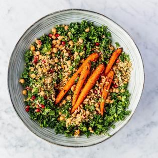Geroosterde wortelsalade met quinoa en boerenkool