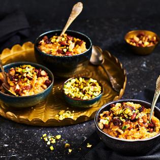 Indiase rijstepap met noten en rozijnen