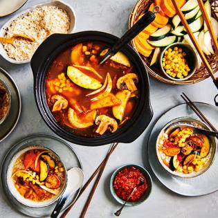 Vegan kimchi hotpot met paddenstoelen en mais