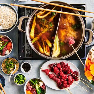 Pittige Sichuan hotpot met bief, wortel en paksoi