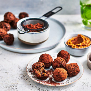 Bliss balls met dadels, quinoa en chocolade