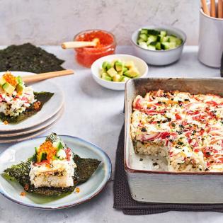 Traybake Poké met Surimi avocado en komkommer