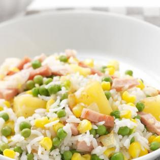 Kleurige rijst  met ham, doperwtjes en ananas