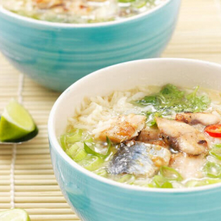 Vietnamese rijstsoep met makreel