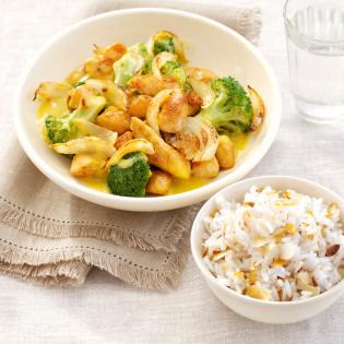 Snelle kipcurry met broccoli en amandelrijst