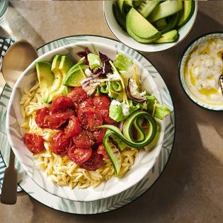 Frisse orzo-avocadosalade met tomaatjes en fetadressing