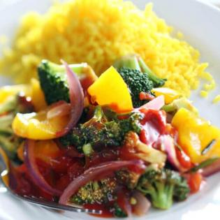 Mediterrane groenten met gele rijst