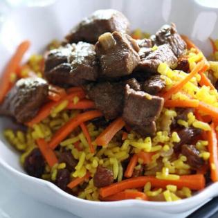 Pilav met lamsvlees en rozijnen