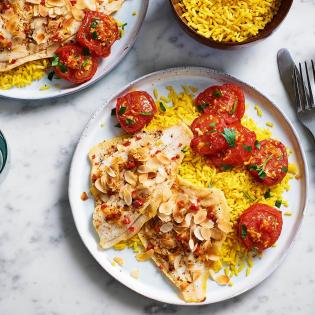 Schol met gele rijst en zoete tomaat