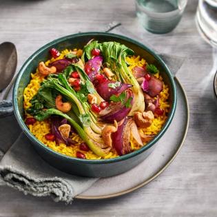 Gele rijst met Shanghai paksoi en cashewnoten