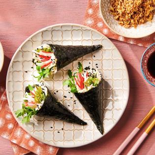 Temaki handrolls met surimi, wakame en zwart sesam