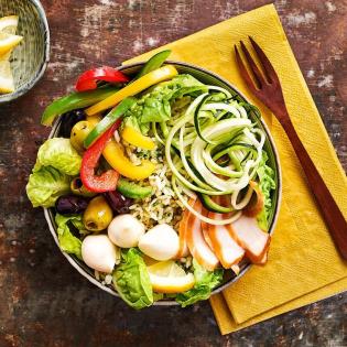 Poké bowl met gerookte kip, pestorijst en mozzarella