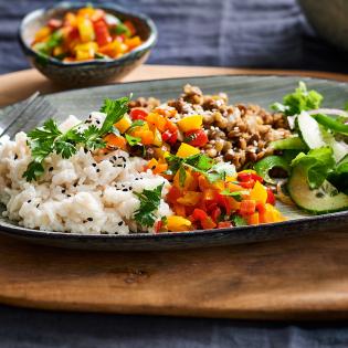 Kleurige paprikasalsa met rijst en linzen