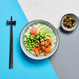 Japanse poké bowl met zalm en pickled ginger
