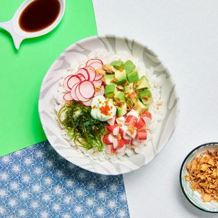 Snelle Poké Bowl met surimi en avocado