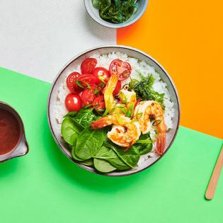 Pokébowl met knoflook-chiligarnalen en zeewiersalade