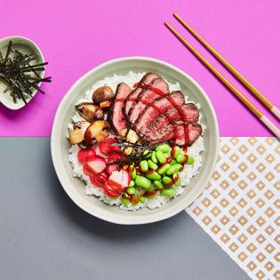 Beef pokébowl met krokante nori en zoetzure radijs