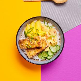 Pompoen pokébowl met kruidige tofu en mango