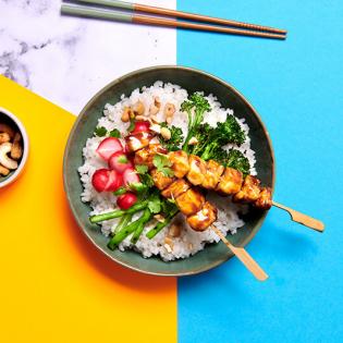 Teriyaki pokébowl met kip, gegrilde bimi en cashewnoten