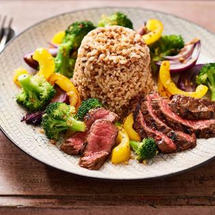 Biefstuk met broccoli en zilvervliesrijst, quinoa en granen
