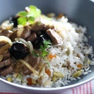 Lamsvlees met pruimen en notenrijst